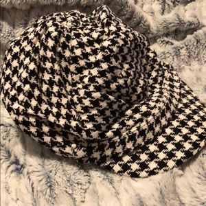 Houndstooth cap with band above the brim